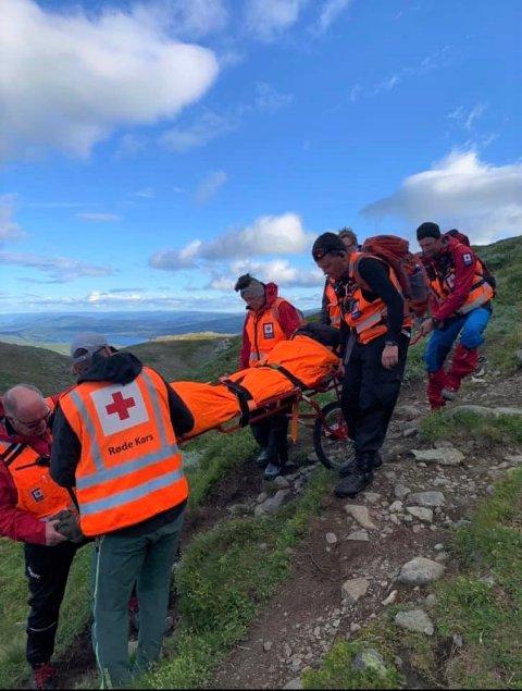 BÅRE PÅ HJUL: Den nyeanskaffa båra med hjul under var til god hjelp under redningsaksjonen på Bitihorn mandag.