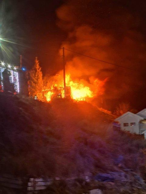 SPREIING: Flammane har spreidd seg til ei nærliggjande låve, melder politiet.