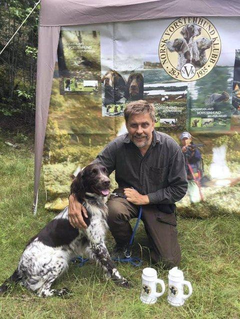 Aktiv hundeeier: Bengt Erik Höglund med en av de tre fuglehundene. Privat foto