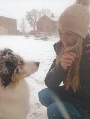 SAMARBEID: Gøril Bergan Kleveland og hunden Heiður skal hjelpe til i leteaksjonen for å finne Melvin.