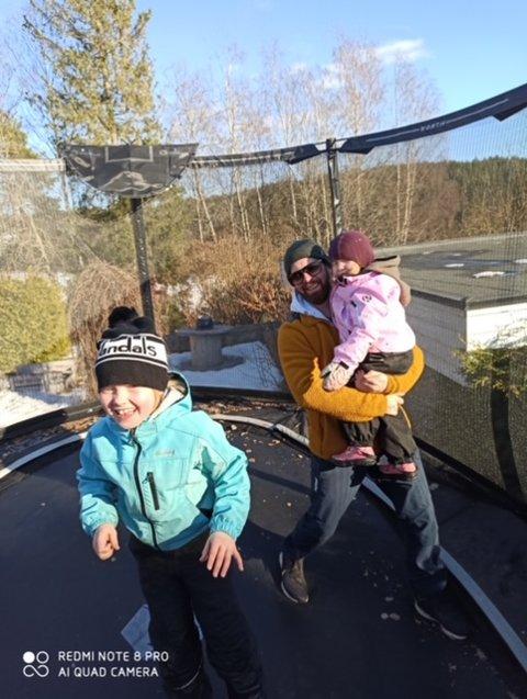 TRAMPOLINA: Lilja må være i karantene i vinterferien. Da er det ekstra stas å ha mulighet til å sette opp trampolina. Her med pappa Håvard og lillesøster Alva.