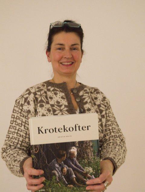 Inspirert av kroting: Kristin Holte med bok og eigenstrikka krotekrofte.