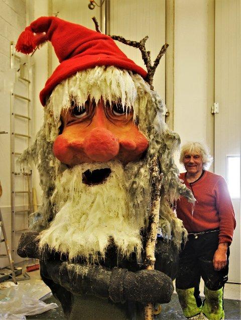 I TROMSØ: Leif Rubach med en av nissene, som står i Tromsø og venter på reisen til Lyngseidet i høst.