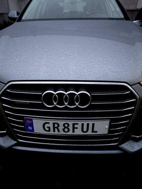 Etter at Jan ble påkjørt for femte gang, skaffet han seg et skreddersydd bilskilt med påskriften «Gr8ful», eller på norsk – takknemlig.Foto: Tom Gustavsen