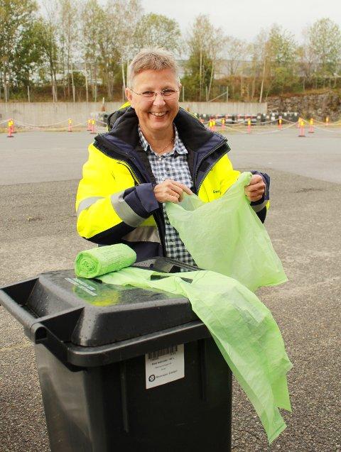 NESTE ÅR: Nye søppelposer deles ut til innbyggerne neste år. Anne Berit Steinseth som leder Renovasjon i Grenland viser dem mer enn gjerne fram.