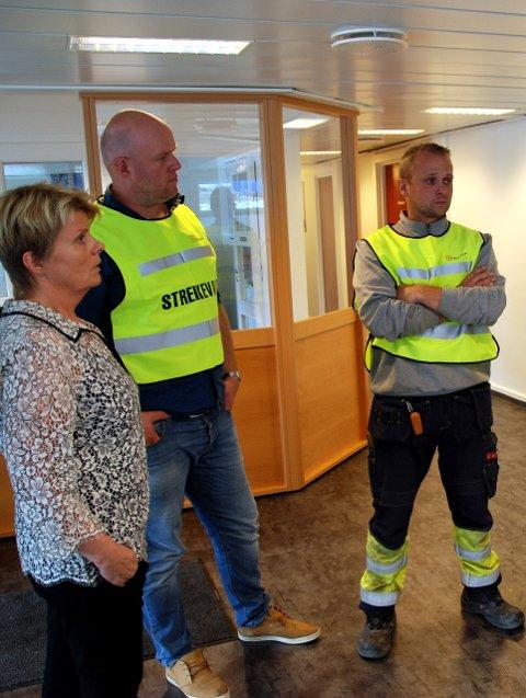 Streikevakter: Administrerande direktør Bjørg Brestad (t.v.) i Valdres Energiverk AS i samtale med dei tilsette Lars Erik Thorsrud og tillitsvald Oddvar Presthegge.