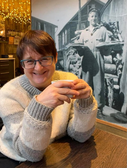 Ny jobb, nye vaner: Sigrid M. Jansen med sin første morgenkaffekopp med Handelsstanden på Røros, på Trygstad før åpningstid.