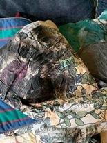 AVFØRING: Lag på lag med avføring i både sofaen og senga. Statsforvalteren mener Grue kommune brøt loven i sin behandling av en beboer i omsorgsbolig.