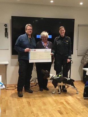 Inner Wheel Norge bidrar med 150.000 kroner til ny narkotikahund for Tollvesenet.