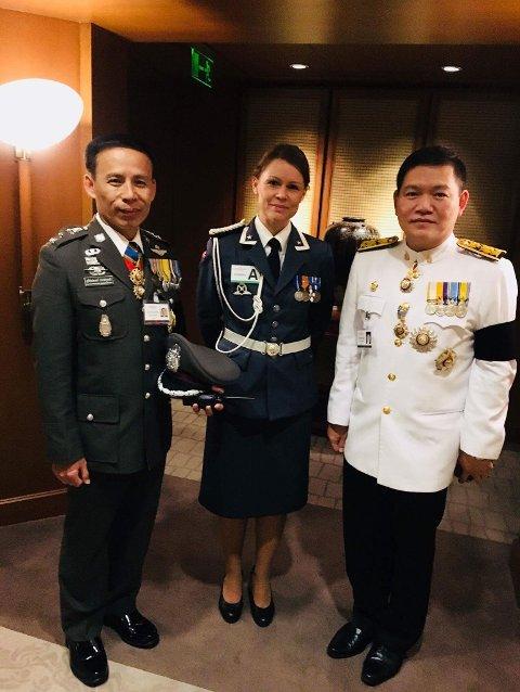 Major Gunn Eva Høgseth omgitt av thailandske kolleger i Bangkok.