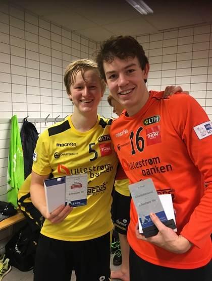Sondre Hermansen (t.h.) og Herman B. Oftedal som ble kåret til banenes beste spillere i kampene. Foto: Privat