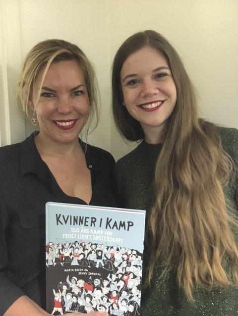 Klyper seg i armen: Forfatter Marta Breen (til venstre) og illustratør Jenny Jordahl fra Ski fryder seg over at boka skal ut i verden. – Tenk at folk i Sør-Korea, skal lese boka vår. Det er fantastisk, sier Jordahl. Foto: JULIE MESSEL