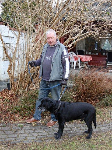 """LIKHETSTREKK: Forfatteren Espen Holm på Kolbotn utga i 2009 krimromanen """"Syk pike"""", som har mange likhetstrekk med dagens koronapandemi. - Jeg tenker gjerne ut handlinger g komplotter når jeg går tur med hunden."""