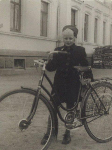 10 år gamle Bjørg Johannessen utenfor rådhuset.