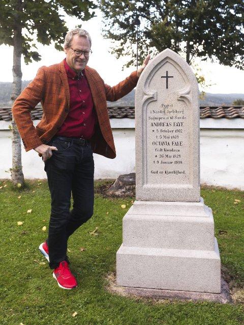Rehabilitert: Lars Aaserud i Sande historielag viser fram den oppussende gravstøtten til sogneprest Andreas Faye og hans kone Octavia Faye. Foto: Lena Malnes