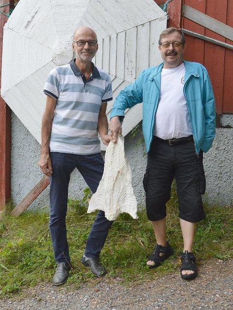 Lei Erik Kalseth (til venstre) og Bengt Eriksson leverte interessant kleppfiskkunnskap på museet i Bøfjorden.
