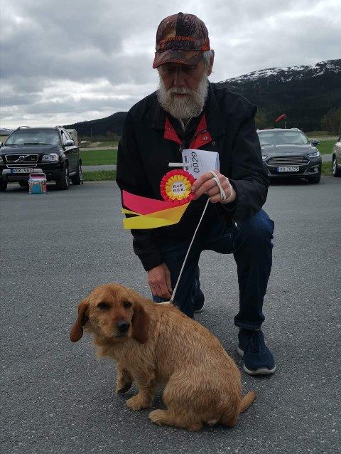 PREMIERT JAKTHUND: Basseten Mira ble påkjørt på E6 i Namsskogan onsdag formiddag. Eier Kåre Vik er fortvilet over at sjåføren ikke var å finne på stedet hvor hunden var påkjørt.
