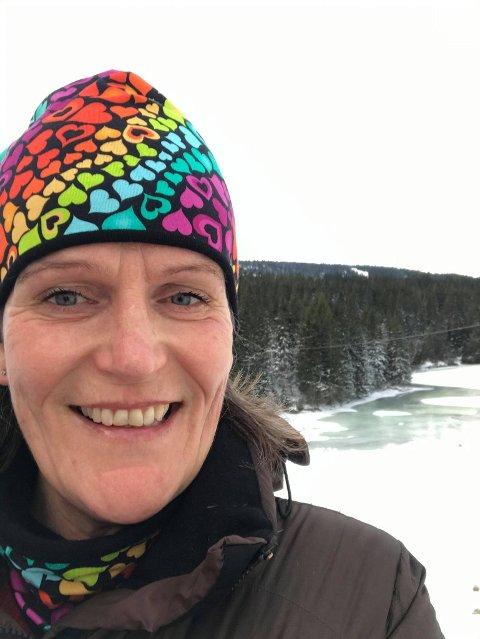 Ved favorittelva: Grethe Talmo rett ved huset sitt, der elva som hun er så glad i renner rett forbi.