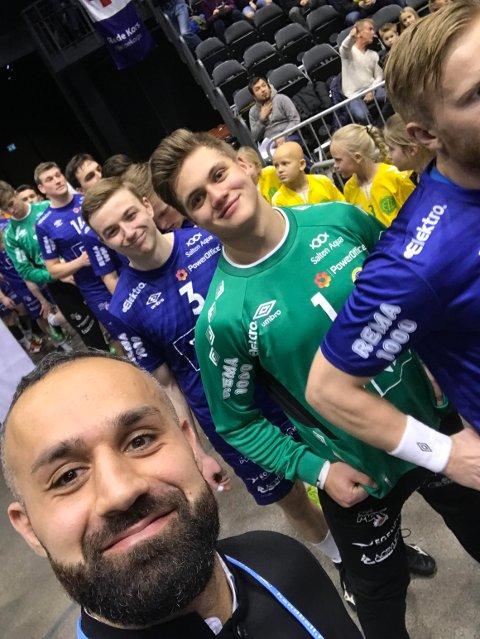 Binai Aziz tok denne frekke selfien da BHK-spillerne var på vei inn på parketten i Oslo Spektrum til cupfinalen mot Drammen i romjula 2017. Da var svensken ekspertkommentator for Avisa Nordland. Nå er 34-åringen klar for en ny cupfinalefest med Haslum.