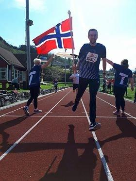 IKKJE I ÅR: Bilde av lærarlaget ved Hyllestad skule, som vann Tinestafetten 8. mai. I år blir arrangementet avlyst.