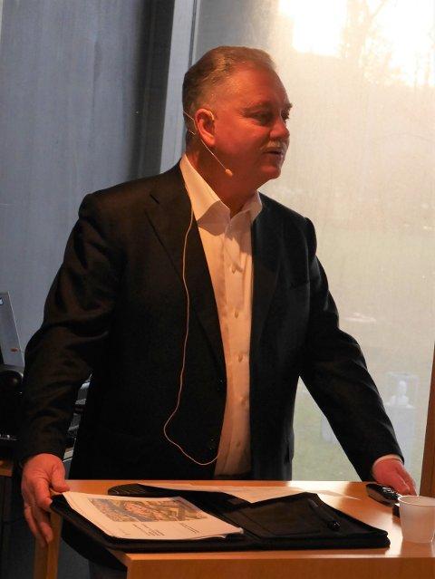 Inviterer til samarbeid: Distriktssjef Thorbjørn Holth i Forsvarsbygg orienterte formannskapet om forslaget om å få nytt liv i kasernen. (Foto: Øivind Lågbu)