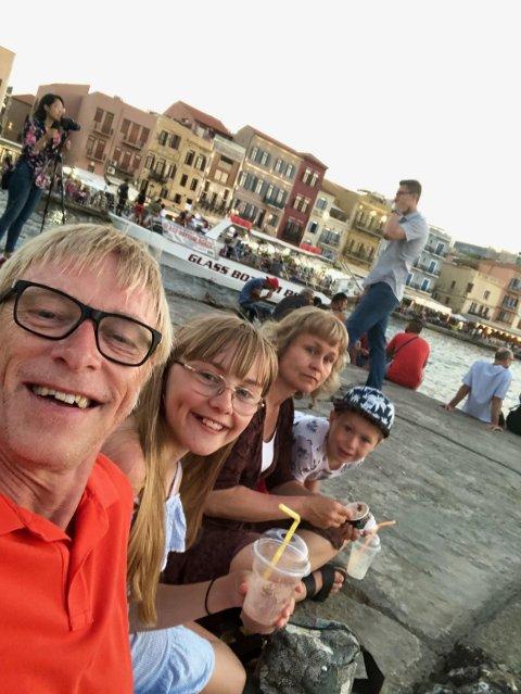 BOR I SVERIGE: Tom Willy Prangerød bor i Strömstad med familien sin og pendler fra og tilbake Norge for å jobbe. Selv om Sverige har andre retningslinjer enn Norge for å begrense smitte av koronaviruset Covid-19, sier han at nabokommunene ikke er så forskjellig.