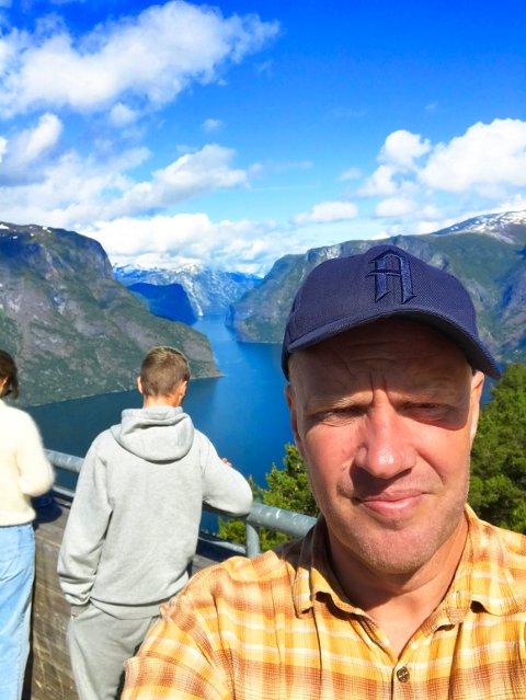 PLANKEKJØRING: Gøran Karlsen har tatt turen til Florø for å heie frem FFK. På veien dit ble det blant annet et stopp på Stegastein med utsikt over Aulandsfjorden.