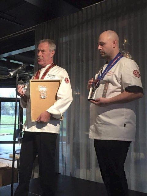Einar Øverås og Thomas Holmstrøm mottok beviset på tittelen «årets lærebedrift 2014», i Stavanger i helga. Foto: privat