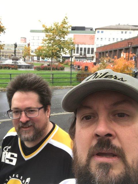Blodfans: Stian Losvik og Tobias Eiken reiste til Narvik med tog for å se Stavanger Oilers spille Get-ligakamp. - Jeg synes det er fint å få hockeyen spredt ut fra Østlandet, så jeg håper virkelig at Narvik lykkes fremover, sier Tobias Eiken.