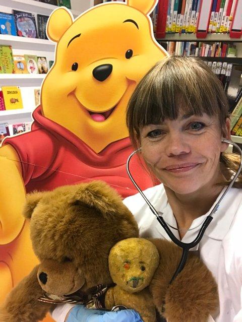 FASTLEGE FOR KOSEDYR: Bamsedoktor Siv Ellen Kristiansen kommer til Horten bibliotek lørdag.