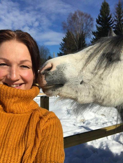 Stine Kristiansen er ganske nyinnflyttet fra Oslo til Skotterud - med seks ponnier på småbruket. Nå holder hun kurs for barn og unge som lærer å temme og ri inn ponnier.