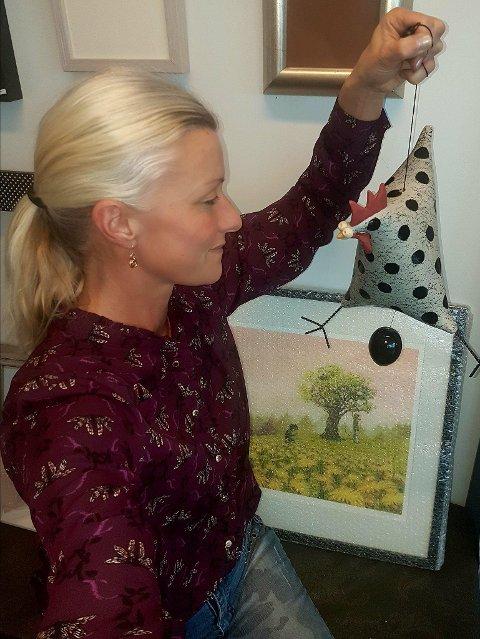 RIGGER: Denne uka har Hilde Kristiansen og de andre på Galleri Brande jobbet med å ferdigstille utstillingen.