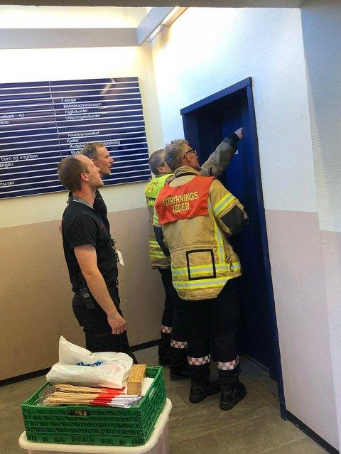 MÅTTE HA HJELP: Brannvesenet måtte tilkalles for å få Dina Billington ut av heisen på biblioteket lørdag.