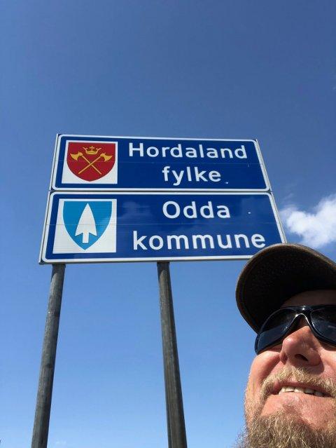 Ein obligatorisk «sjølfie» når Hordaland fylke og Odda kommune var nådd.