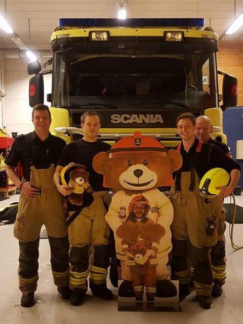 Her er «Bjørnis» sammen sine kollegaer i Hammerfest brann- og redning.