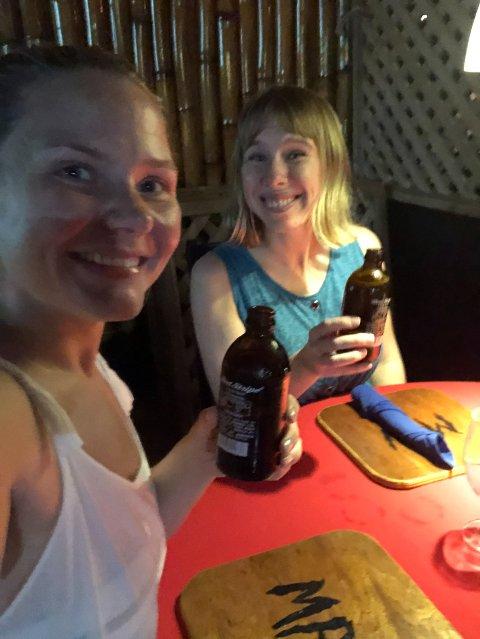 FRAMME TIL SLUTT: TIl tross for mye frustrasjon da kanselleringen var et faktum, var det meste glemt da destinasjonen til slutt var nådd. Her nytes første lokale øl sammen med reisefølge og tidligere Finnmarken-kollega Kine Moxness Sandnes.