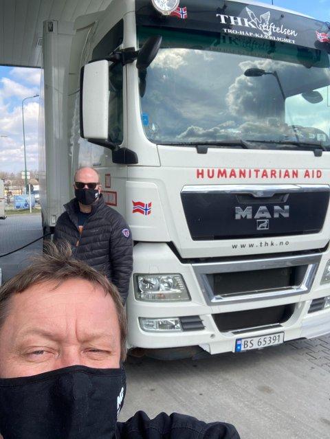 HJELPESENDING: Ole Jacob Andreassen (foran) og Terje Bjørnsen, begge har Helle, har kjørt hjelpesending til Romania i palmehelgen og de første påskedagene.
