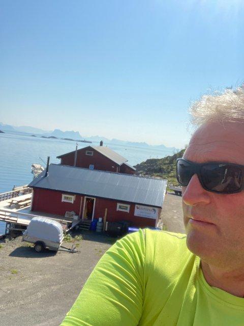 Frustrert: Geir Helland beober og næringsdrivende på Storemolla ønsker at det blir satt av penger i neste års budsjett til å øke veistandarden på øya.