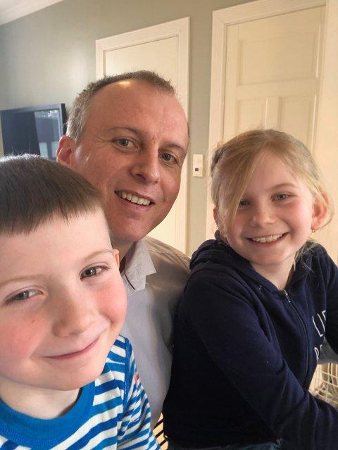 HJEMMEKONTOR: Familien Baastad har i dag holdt barna hjemme. Her er pappa Thor og barna Haakon (5) og Gabrielle (9).