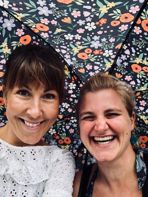 GLEDER SEG: Sarah Krebs (til venstre) og Kristine Drangsholt Sæberg jobber med de unge på Langhus og Siggerud.