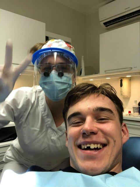 Mathias Bolivar Jakobsen måtte en tur innom tannlegevakta etter et ublidt møte med skøyteisen på Langen
