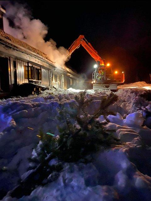 BRANT NED: Brannvesenet hadde en krevende jobb med å slokke hyttebrannen på Atna 19. februar i år. Hytta brant helt ned.