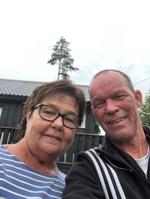 GJEST: Ekteparet Siv og Tom Olsen fikk storfint besøk på hyttetomta i går kveld.