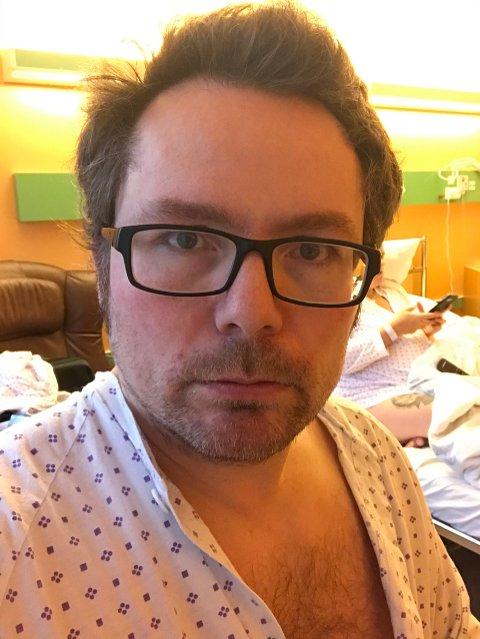 På grunn av smitte innad på Hammerfest sykehus, får ikke Asbjørn samboer Christine lov til å forlate rommet.