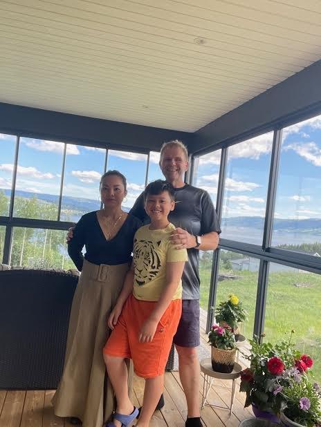 STOLTE: Kona Laila og sønnen Kent Oscar synes far i huset, Ole Kristian Navrud, har vist imponerende styrke!