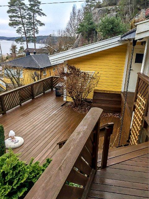 FIKK STØRRE TERRASSE: En saksbehandlingsfeil av kommunen gjorde at hytteeieren i Sildevika ved Høysand fikk beholde en større terrasse enn kystsoneplanen tillater.