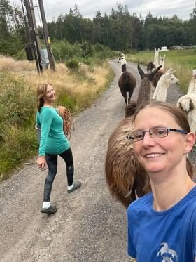 PÅ RETT VEI: Moren Tanya Dal og datteren Monica Udnæs har funnet igjen sine seks lamaer. Fredag ettermiddag er de på vei hjem til Mingeveien og gården der dyrene holder til.
