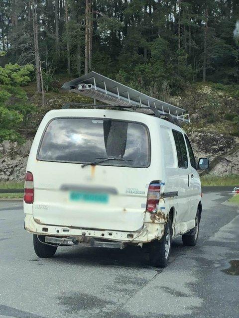 USIKRET LAST: Sjåføren hadde festet lasten med to ledninger.