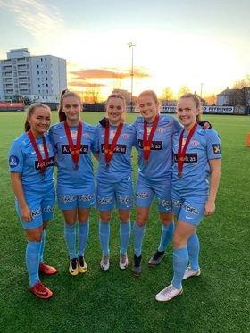 BRONSEJENTER: Selma Løvås og Avaldsnes fikk bronse i den øverste divisjonen for kvinner denne sesongen. På bildet er Løvås i midten.