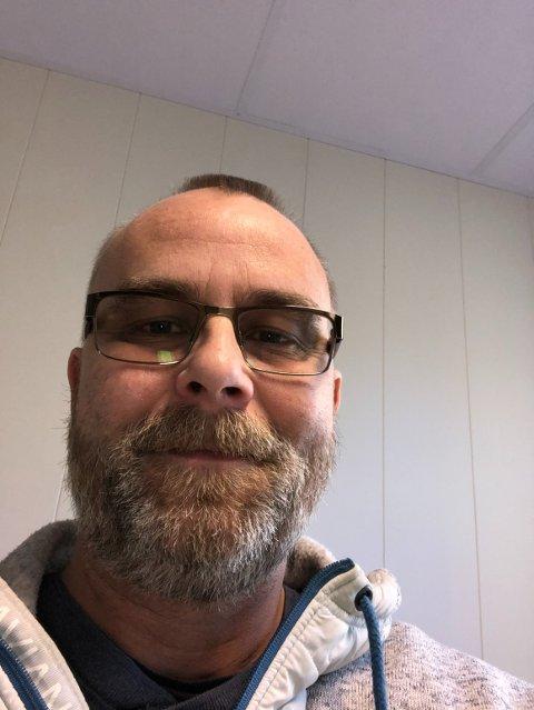 Kent Stian Håkonsen hyller de frivillige i Svelvik.